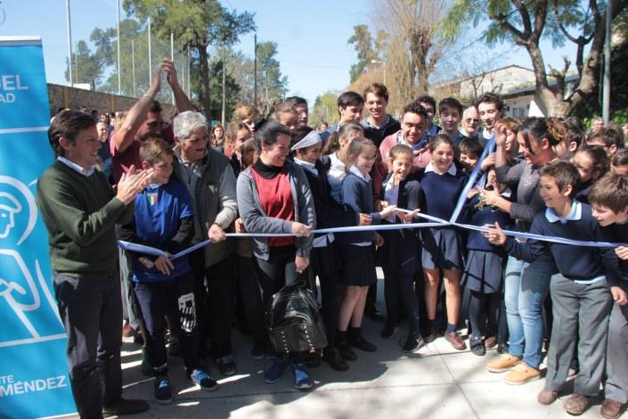 Vecinos y alumnos de la zona, en la inauguración del asfalto