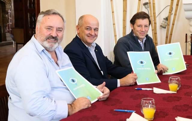 Joaquín de la Torre, Mariano Uset y Jaime Méndez en la firma del convenio