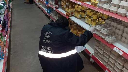 Agente de control urbano realizando control de precios